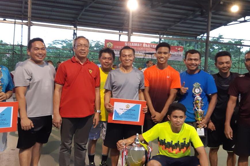 Penyerahkan Piala Bergilir Invitasi Tenis Rektor Cup kepada Tim Bank Bengkulu