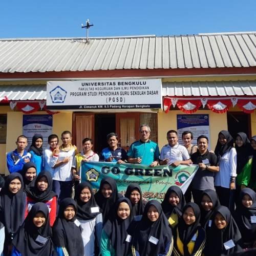 Kegiatan Go Green Melalui Penanaman Pohon Bersama Mahasiswa di Kampus PGSD FKIP Universitas Bengkulu