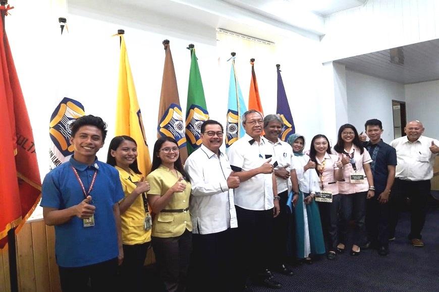 Mahasiswa PPL ASEAN dari Philipina mengunjungi ruang kerja Rektor Universitas Bengkulu
